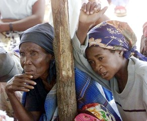 MOZAMBICAN REFUGEE WOMAN WAIT FOR MEDICAL HELP AT A MAKESHIFT CAMP IN CHIAQUALANE.