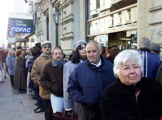 BANK CUSTUMERS WAIT TO WITHDRAW MONEY FROM THE REPUBLIC BANK OFURUGUAY.