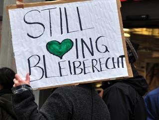 """Transparent für """"Bleiberecht"""" auf einer Demo"""