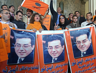 Supporters of Egyptian opposition leader Ayman Nour rally at Egypt's High Court.