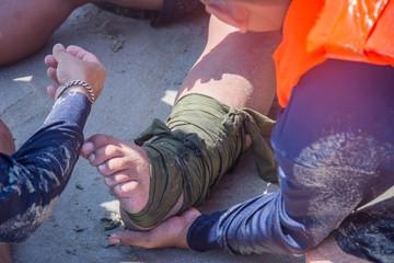 splint leg dislocation improvise apply by fabric triangle
