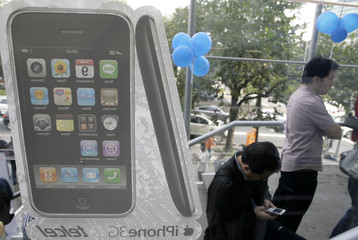 Customers wait in line to buy Apple's new 3G iPhone in Mexico City
