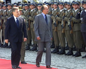 SPANISH KING AND POLISH PRESIDENT INSPECT THE GUARD OF HONOUR.