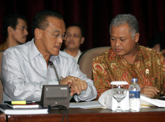Indonesian Chief Economic Minister Bakrie and Mines and Energy Minister Yusgiantoro attend news conference announcing new fuel prices in Jakarta