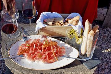 Wundervolle Brotzeit mit Speck und Wein