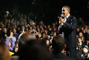 Democratic presidential candidate U.S. Senator Barack Obama (D-IL) takes the stage at a fundraising concert in Los Angeles