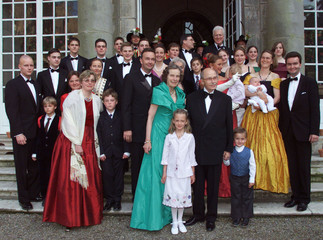 OTTO VON HABSBURG AND HIS WIFE REGINA POSE FOR THE PHOTOGRAPHS WITH ALL THEIR DESCENDANTS DURING THE ...
