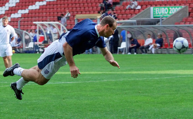 ALAN SHEARER PRACTICES HEADING DURING TRAINING AT EINDHOVEN.