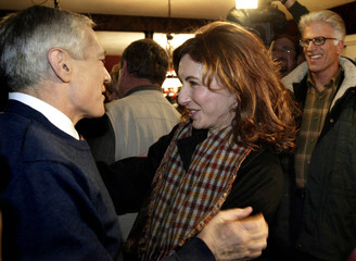 US DEMOCRATIC PRESIDENTIAL CANDIDATE CLARK GREETS ACTRESS MARY STEENBURGEN AT PARTY IN NEW HAMPSHIRE.
