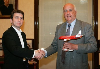 Virgin Management's CEO Murphy shakes hands with SN Airholding Chairman Davignon in Brussels.