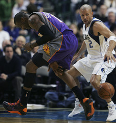 Mavericks Kidd steals ball from Suns Stoudemire during NBA game in Dallas
