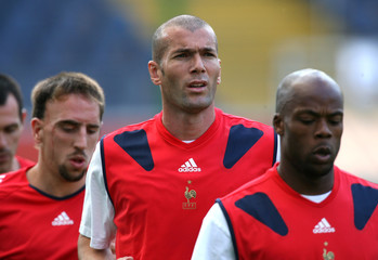 France's Zinedine Zidane (C), Sylvain Wiltord (R) and Franck Ribery warm up during a World Cup train..