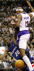 WIZARDS LARRY HUGHS SCRAMBLES FOR THE BALL WITH RAPTORS JEROMEWILLIAMS.