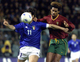 ITALIAN DEL VECCHIO IN ACTION AGAINST PORTUGAL'S XAVIER IN FRIENDLY SOCCER MATCH.