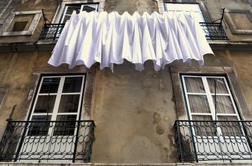 Wäscheleine in einer Altstadtgasse von Lissabon
