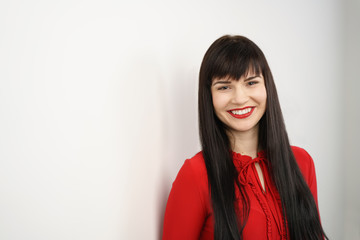 lächelnde frau mit roter bluse und langen schwarzen haaren