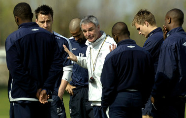CHELSEA'S RANIERI TALKS TO HIS PLAYERS DURING A TRAINING SESSION IN LONDON.
