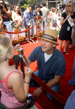 """BRUCE WILLIS IS INTERVIEWED BY YOUNG GIRL AT PREMIERE OF """"RUGRATS GOWILD!"""" IN LOS ANGELES."""