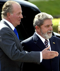 SPANISH KING JUAN CARLOS GREETS BRAZILIAN PRESIDENT LULA DURING WELCOMECEREMONY IN MADRID.