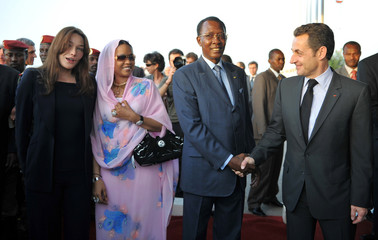 Chad's President Idriss Deby and his wife, welcome France's President Sarkozy and his wife Carla Bruni-Sarkozy at their arrival in N'Djamena