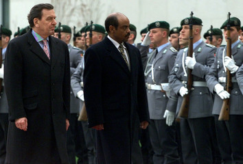 GERMAN CHANCELLOR SCHROEDER AND ETHIOPIAN PRIME MINISTER MELES WALKALONG HONOURGUARD IN BERLIN.