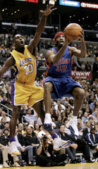 PISTONS RICHARD HAMILTON LEAPS TO SHOOT AGAINST LAKERS GARY PAYTON IN NBA FINALS GAME 2.