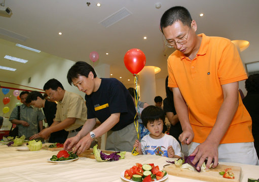 """FATHERS COMPETE IN """"SALAD MAKING CONTEST"""" IN SHANGHAI."""
