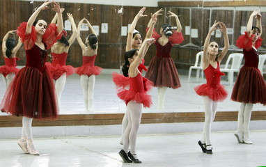 - PHOTO TAKEN 19FEB06 - Young Iraqi ballerinas practice at Baghdad's Music and Ballet school Februar..