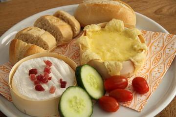 Camembert gebacken auf Platte