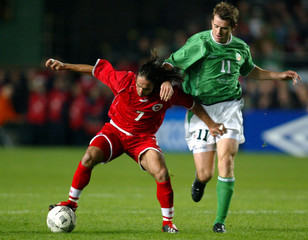 KEVIN KILBANE OF IRELAND CHALLENGES SWITZERLANDS RICARDO CABANAS IN AEURO 2004 QUALIFYING MATCH.