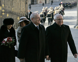 Czech President Klaus welcomes his Slovakian counterpart Gasparovic in Prague