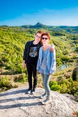 Femme et jeune homme devant Les thermes Bagno Vignoni de San Quirico d'Orcia en Toscane