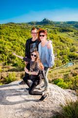 En famille devant Les thermes Bagno Vignoni de San Quirico d'Orcia en Toscane