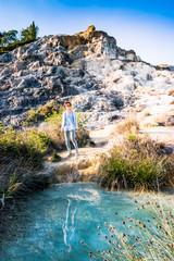 Femme au bord des thermes Bagno Vignoni de San Quirico d'Orcia en Toscane