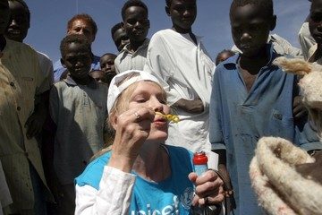 Farrow visits Abushouk camp for displaced people.