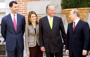 Russian President Putin poses with Spain's King Juan Carlos, Crown Prince Felipe and Princess Letizia in Madrid