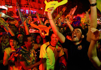 """Barcelona's supporters celebrate their team's victory over Arsenal in Champions League final soccer match at """"Las Ramblas"""" in central Barcelona"""