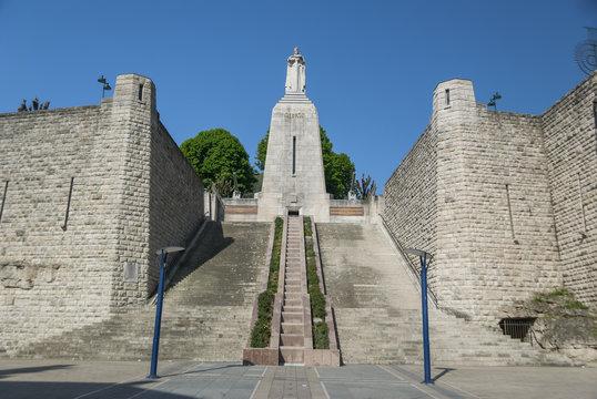 Montée des marches du Monument à la Victoire