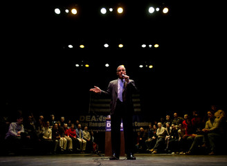 HOWARD DEAN SPEAKS TO NEW HAMPSHIRE CROWD AT TOWN HALL MEETING.