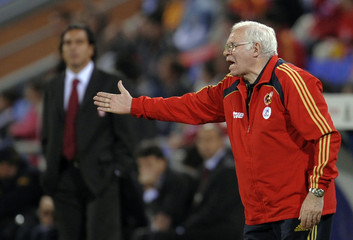 Spain's national soccer coach Aragones shouts instructions during their friendly soccer match against Peru in Spain