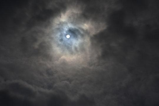 分厚い雲から透けて見える太陽「不思議な夢空間、天国に続く雲のトンネル」天空、未来、可能性、はるか彼方へ、勝ち取る、夢想などのイメージ