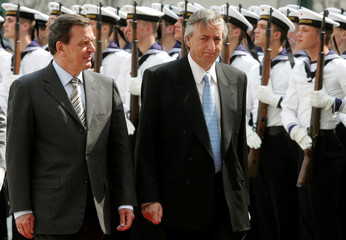 German Chancellor Schroeder and Argentine President Kirchner walk past a honour guard in Berlin.