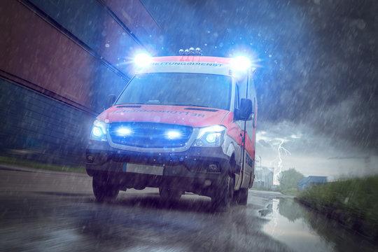 Rettungswagen im Hafengebiet bei Regen