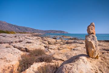Wakacje na Krecie w Grecji. Skaliste wybrzeże morza śródziemnego.