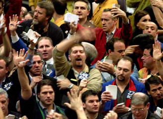 TRADERS WORK S&P 500 FUTURES PIT AT CHICAGO MERCANTILE EXCHANGE.