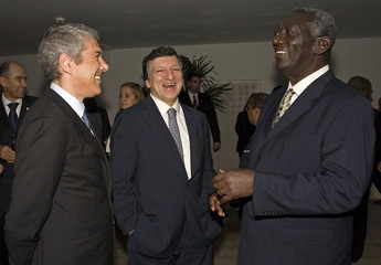 European Commission President Jose Manuel Barroso Portuguese Prime Minister Jose Socrates and Ghana's President John Kufuor share a laugh on the begining of the EU-Africa summit in Lisbon
