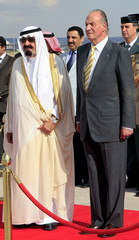 Saudi Arabia's King Abdullah stands next to Spain's King Juan Carlos at Madrid's airport