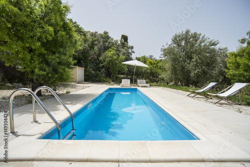 villa con piscina e arredamento da esterno stockfotos und lizenzfreie bilder auf. Black Bedroom Furniture Sets. Home Design Ideas