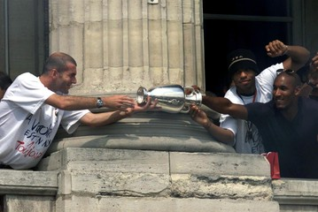 WINNING FRENCH EURO2000 SOCCER TEAM CELEBRATE IN PARIS.