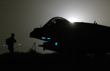 BRITISH ROYAL AIR FORCE GROUND CREWMAN WATCHES AS HARRIER GR7 TAXIS OUTBEFORE MISSION OVER IRAQ.